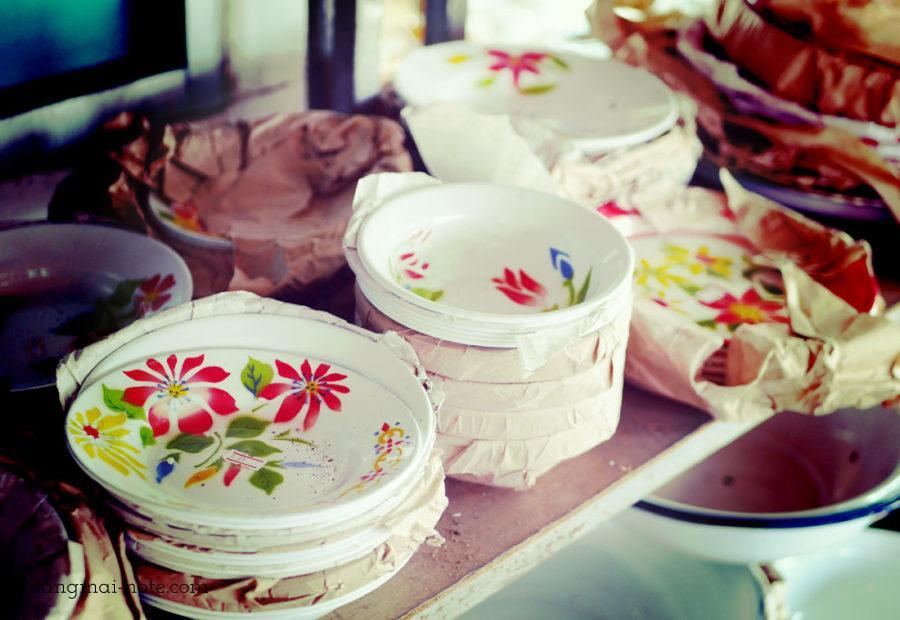 チェンっマイの市場で売られている琺瑯食器