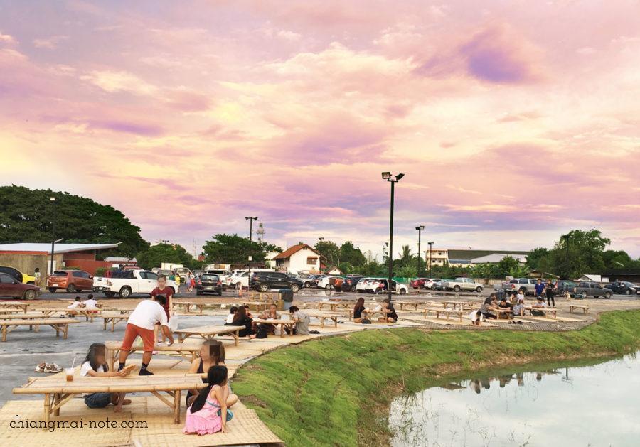 【ナイトマーケット】水辺の座席で夕涼みできる夜市|Kad Manee Market