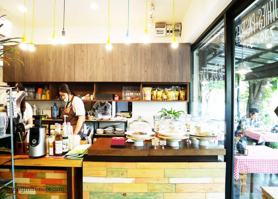 MANIFRESHTO のホームベーカリーが並んだカウンター ニマンヘミンの朝食にお勧めのカフェ。隣はリストレットラボ  Manifreshto|ハッピーな朝食に最高なヘルシーカフェ