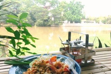 マミアカフェでピン川を眺めながら海老パッタイ