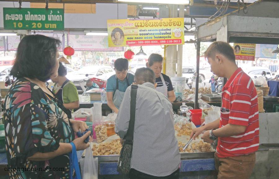 大人気のお店。チェンマイ門の朝市場、ケープムーショップ