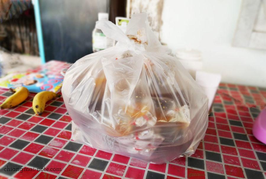 美味しさのあまり、持ち帰り分を大量に追加w チェンマイグルメ|ローカルに人気沸騰のクィッティアオ(タイラーメン)