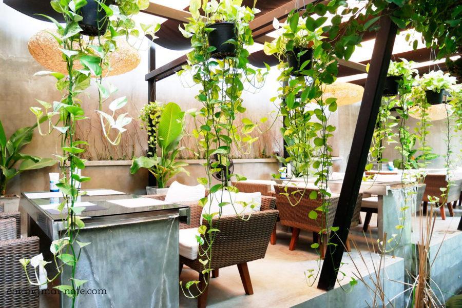 ナナジャングルカフェの屋外席  Nana jungle cafe and restaurant|チェンマイで美味しいパンを食べる・買うならナナベーカリー!カフェも素敵だよ