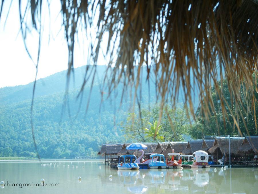 スワンボートが浮かぶフワイトゥンターオ チェンマイのビーチ
